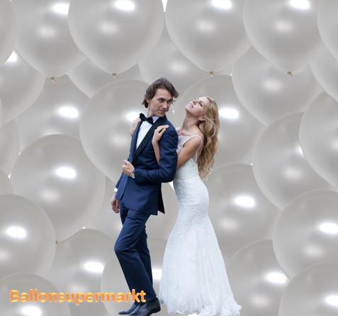 Hochzeitsfoto mit großen Ballons